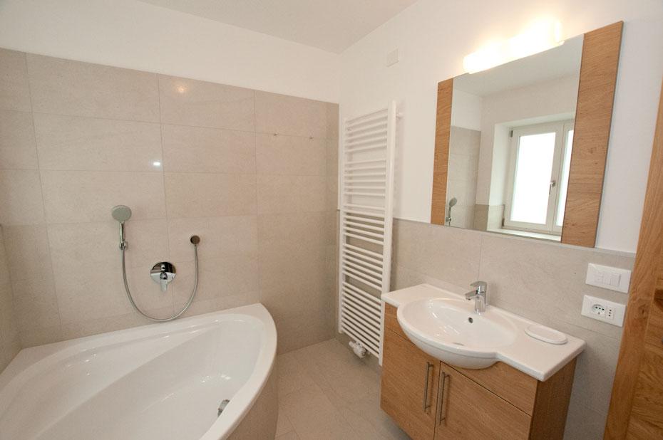 bagno con vasca sotto finestra  canlic for ., Disegni interni