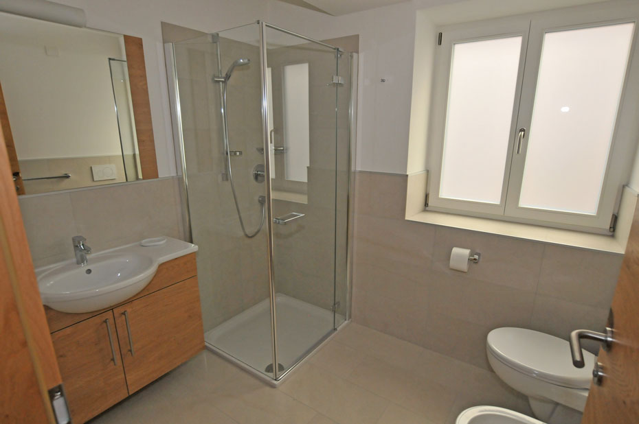 Ortisei centro appartamento b adatto per 2 persone in - Doccia con finestra ...